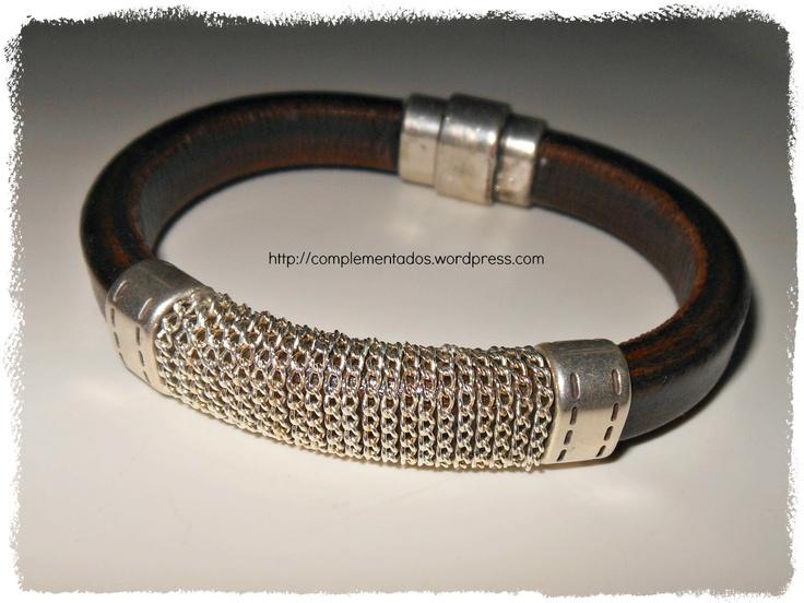 Pulsera de cuero regaliz con cadena.