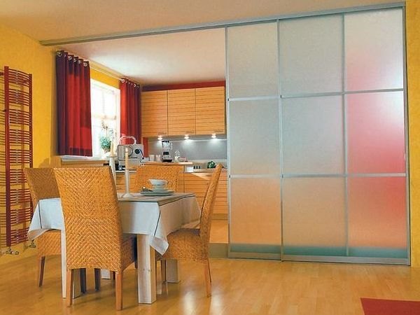 Кухонные двери со стеклом - модель купе в дизайне интерьера