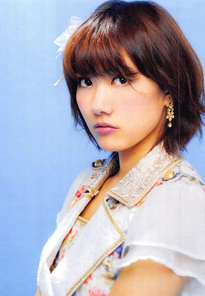 ボブへアで白い衣装を着てこちらを見つめるAKB48時代の宮澤佐江