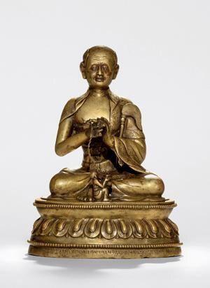 """因竭陀尊者 创作年代 15~16世纪 尺寸 高19cm 估价 450,000 - 550,000 HKD 成交价 -- 作品分类 佛教文物其它 作品描述 后藏 铜合金,镶嵌银和红铜 因竭陀(Arhat Angaja),藏文作""""gNas bstan yan lag'byung"""",意为""""从部分出生者"""",即指出生不凡,不是按平常的方法生出来的,相传他有出生于火中的不凡身世。长大后非常富有,他将自己的全部财产施舍与四方众人成为比丘,后来获阿罗汉果位。据唐玄奘法师汉译的《大阿罗汉难提蜜多罗所说法住记》记载,因竭陀尊者(Angaja)在十六罗汉中位居第十三,""""与自眷属千三百阿罗汉,多分住在广胁山中""""。 而依据克什米尔班钦所造《十六罗汉礼供文》,因陀罗尊者位居第一,赞文如下:""""顶礼圣尊因竭陀,居于底斯大雪山,一千三百罗汉绕,手持香炉及拂麈,加持上师久住世,加持佛法遍兴盛。""""据说因陀罗在冈底斯山附近的色那丹坐静默修的时候,山神向他供养了拂麈便其扇凉,非人和夜叉向他供养了盛满香枝的香炉,尊者接受了香炉和拂麈,并将其加持为自己的标志。据说阿底峡尊者曾在冈底斯山遇到因竭陀尊者。…"""