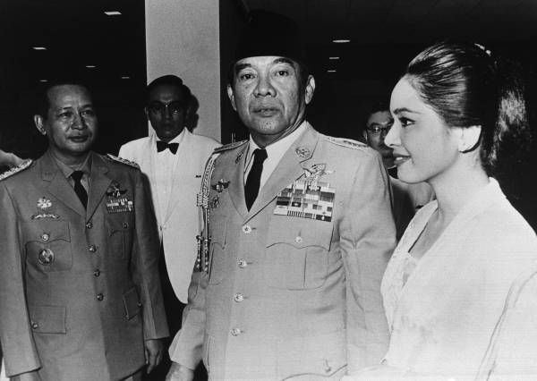 Mr. Sukarno was in the middle of Soeharto & Ratna Sari Dewi Soekarno