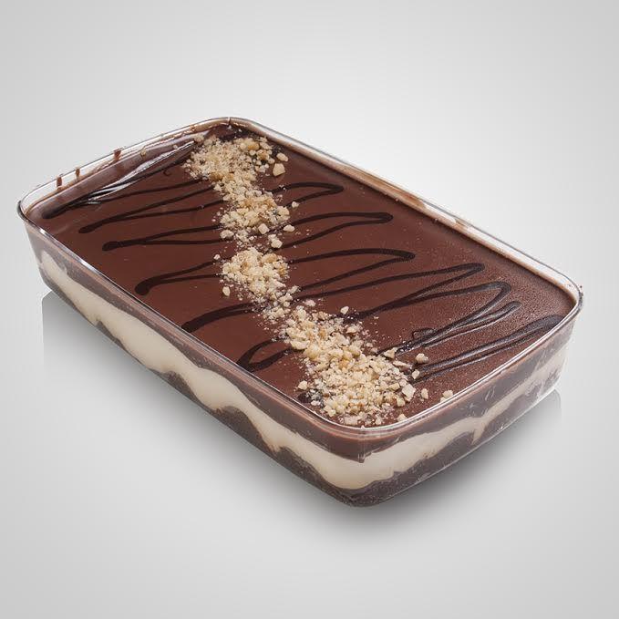 Βάση καρυδόπιτα και patisserie με επικάλυψη γκανάζ σοκολάτας υγείας, γραμμές λευκής σοκολάτας και τρίμμα καρυδιού