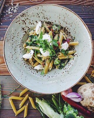 Популярное блюдо в нашем меню — пенне с мягким сыром и шпинатом, 195 руб./ порция. Можете изучить рецепт этой вкуснейшей вегетарианской пасты #marketplaceрецепты
