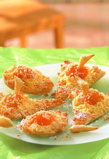 Knusprige Blätterteig-Dreiecke - Rezepte Osterbrunch - Warm aus dem Ofen ein Hochgenuss: knusprige Blätterteig-Dreiecke! Gefüllt sind diese mit Aprikosen. Nach dem Backen werden die knusprigen Dreiecke mit Puderzucker bestäubt...