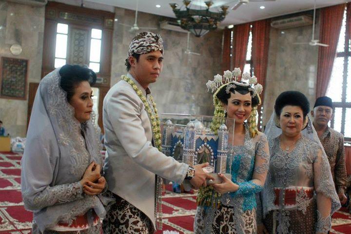 Dalam pernikahan adat di Indonesia, mas kawin berupa uang biasanya dirangkai menjadi semacam hiasan.