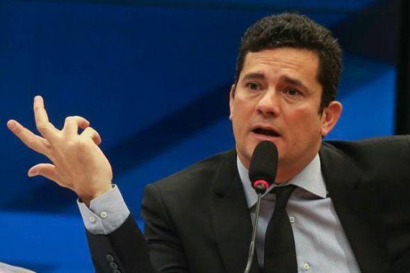 O juiz federal Sérgio Moro publicou na manhã desta terça-feira (18) o despacho com as respostas a embargos de declaração no processo da Operação Lava Jato em que ele condenou o ex-presidente Luiz Inácio Lula da Silva a nove ...