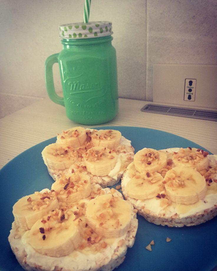 Ottima colazione per iniziare bene la giornata: - gallette di riso con sopra spalmato yogurt greco bianco + banana tagliata a fettine + granella di nocciole + miele