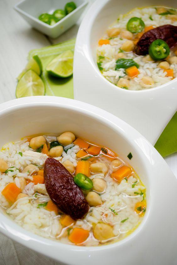 Deliciosa receta de caldo tlalpeño original, platillo típico mexicano para preparar en casa cualquier día de la semana, prepara esta receta servida con un buen arroz blanco.