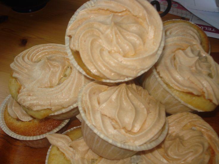 Vaniljmuffins med marängtopp - http://www.mytaste.se/r/vaniljmuffins-med-mar%C3%A4ngtopp-11877793.html