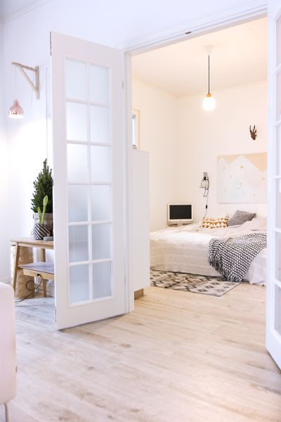 sol imitation parquet en bois clair dans un appartement scandinave - Sol De Chambre En Teck