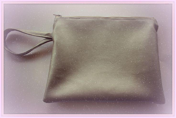 zilver kleurig rits tasje met polsbandje www.lappenpoppen.com