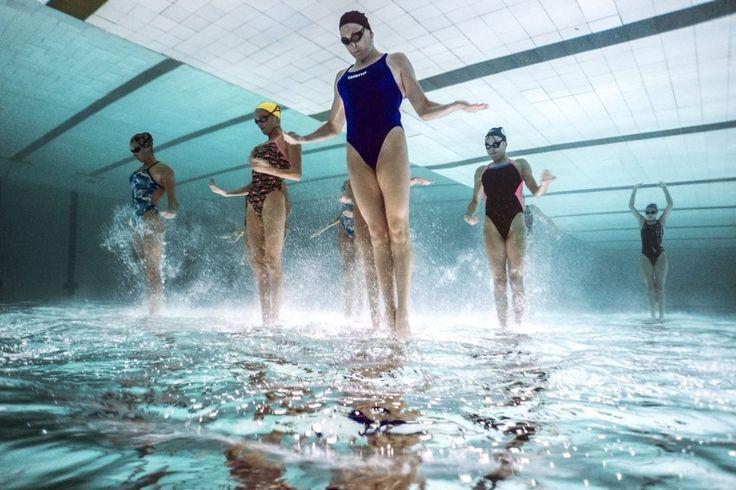 Синхронное плавание из-под воды...