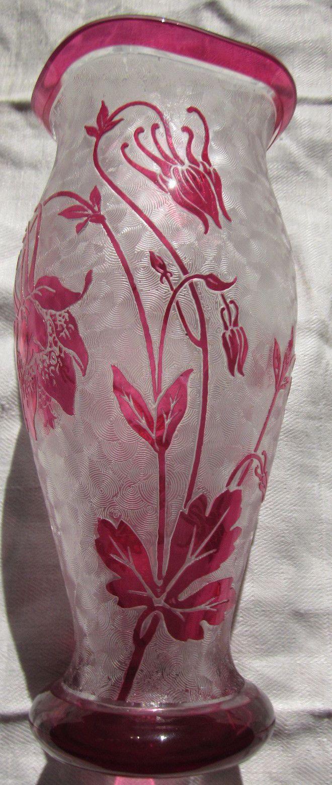 Val Saint Lambert - Belgique : vase en cristal incolor doublé rouge, décor gravé à l'acide, création de Léon Ledru, époque ca 1900. Val Saint Lambert - Belgium : acid etched vase, clear and ruby coloured cristal, Leon Ledru designer, 1900 era.