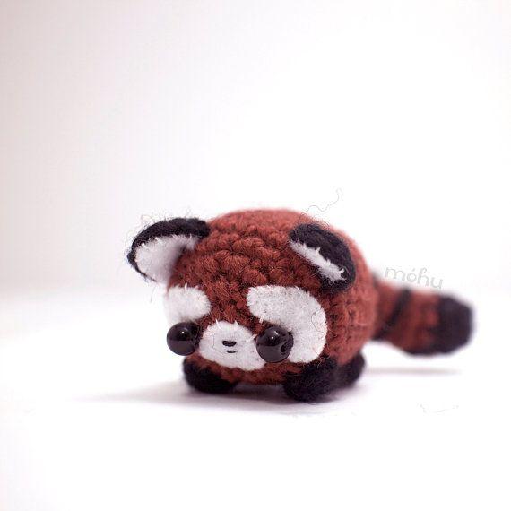 Un mignon petit panda veut être votre ami.  Cette petite peluche panda rouge se penchera agréable sur votre étagère ou un bureau et peut également être