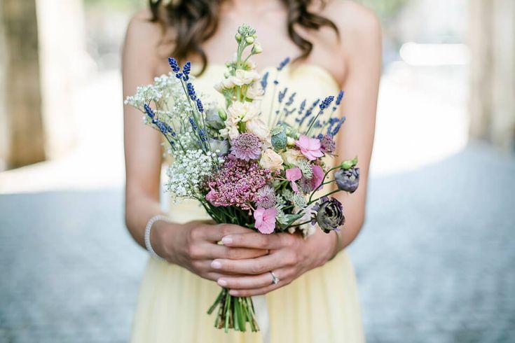 Brautstrauß aus Wiesenblumen mit Lavendel, Schleierkraut und Rosen fotografiert von Hochzeitsfotograf Anni Hochzeitsfotografie aus Köln