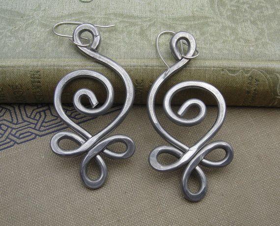 Celta incipiente espiral remolino únicos grandes pendientes - peso ligero martillado alambre de aluminio - joyería celta