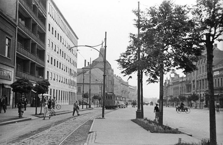 Piac utca, a Kossuth tér felől nézve.