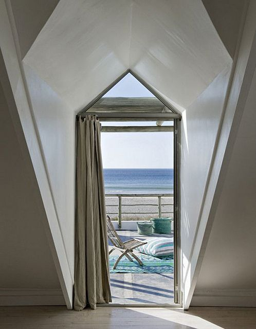 This beach house with gorgeous ocean view is located in Paternoster, a small fishing village two hour away from Cape Town, South Africa.