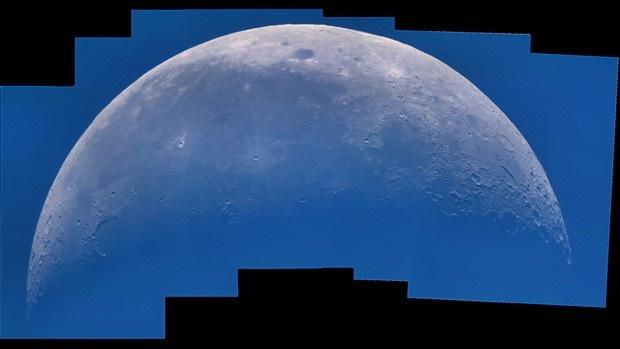 """Na categoria """"fotografia jovem"""", o adolescente Laurent V. Joli-Coeur, de 15 anos, montou este belo mosaico da superfície lunar a partir de diversas imagens de alta resolução tiradas durante o dia. O tom azulado é o reflexo da luz azul da atmosfera terrestre. (Foto: Laurent V. Joli-Coeur)"""