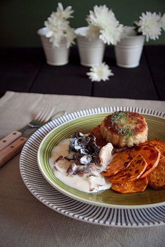 Фиш-кейки из ската с жареным сладким картофелем и сливочным рагу из грибов