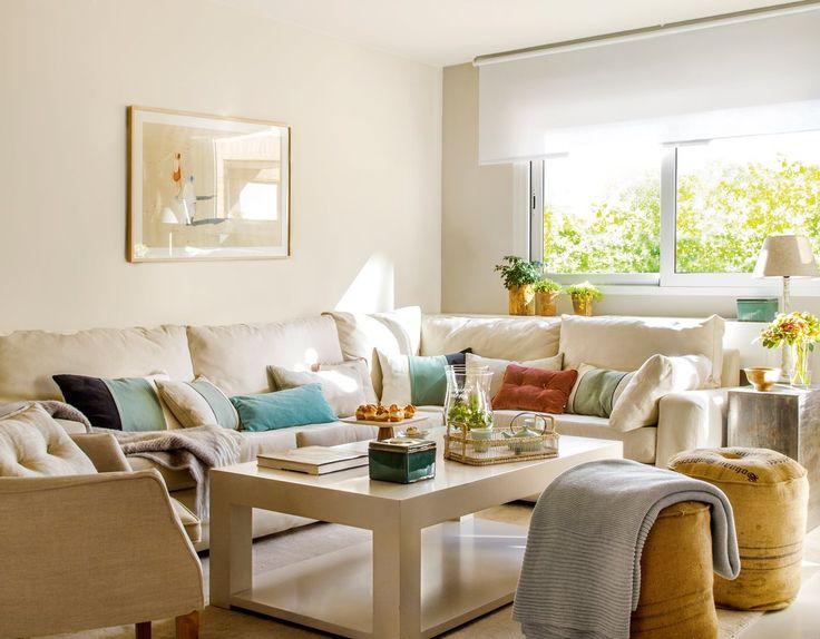 Sofá en esquina bajo ventana. Estore y balda detrás del sofá Piso pequeño con truco (para ganar espacio) · ElMueble.com · Casas