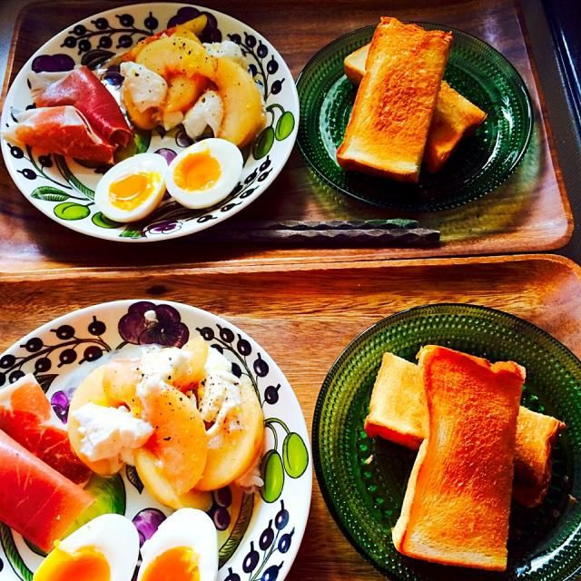そのモニターで頂いたパルマハムと桃モッツァで朝ごはん。 パンがバゲットだったら完璧! キリッと冷やした白か泡が合いそうw - 32件のもぐもぐ - トースト、ゆで卵・パルマハム&桃とモッツァレラのサラダ by char