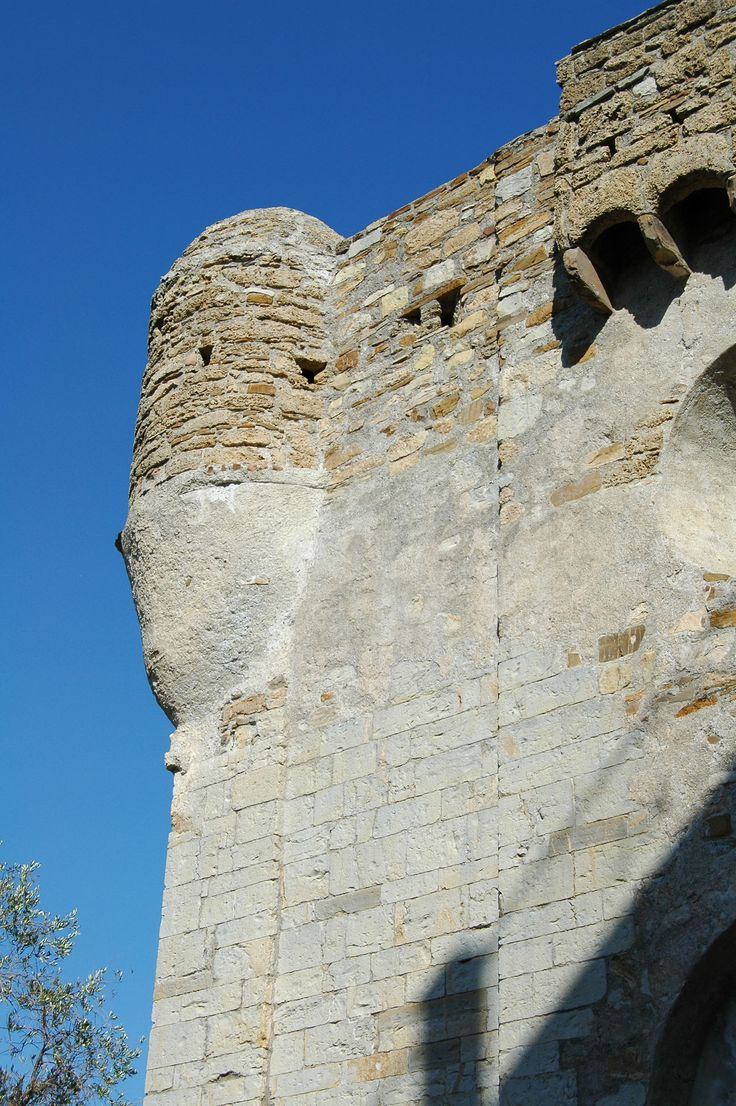 Lingueglietta, Frazione di Cipressa (IM), Chiesa-fortezza di San Pietro (XIII sec.)