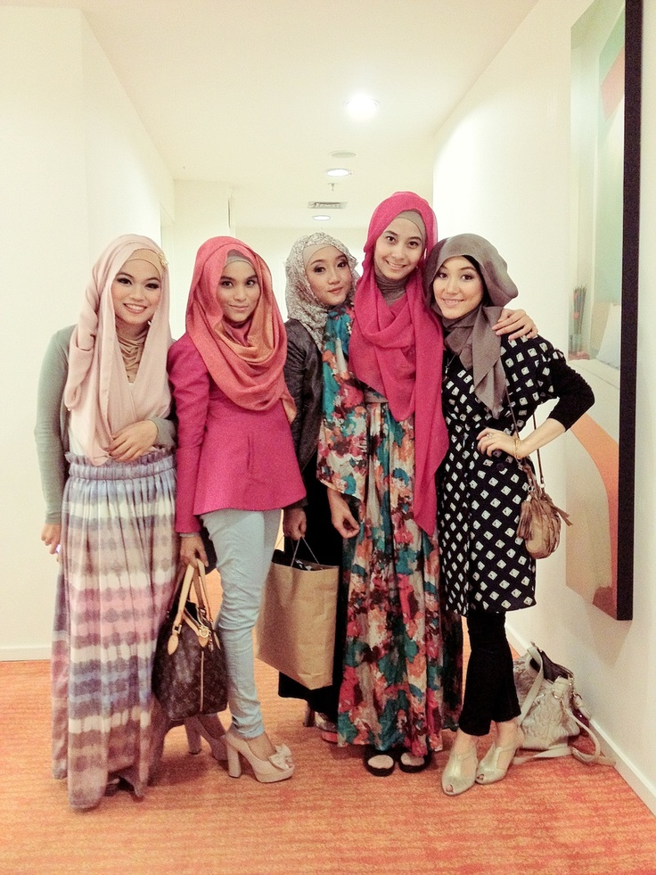 Love the pale pink hijab on the left and the way she is wearing it.