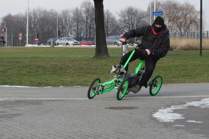 オトナは三輪車じゃなく四輪車に乗る。 日本でも電動自転車はどんどん普及してますが、海の向こうポーランドではもっと楽しげな乗り物を開発しているようです。それがこの電動四輪車EV4。