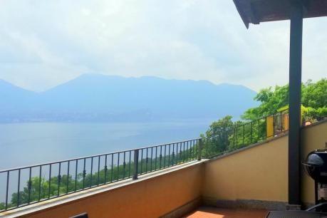 Vigneto D19  Deze heuvelresidentie is gebouwd op een aantal niveaus met een geweldig panoramisch uitzicht over het Lago Maggiore. Het appartement heeft een mooi terras waar u s'avonds met een glaasje wijn de zonsondergang kunt bewonderen. De residentie is gelegen nakbij het kleine dorpje Oggebbio en het charmante stadje Cannero Riviera met vele winkels bars en restaurants. Vanaf hier kunt u met een boot het prachtige meer de stranden eilanden en omgeving van Italië en Zwitserland verkennen…