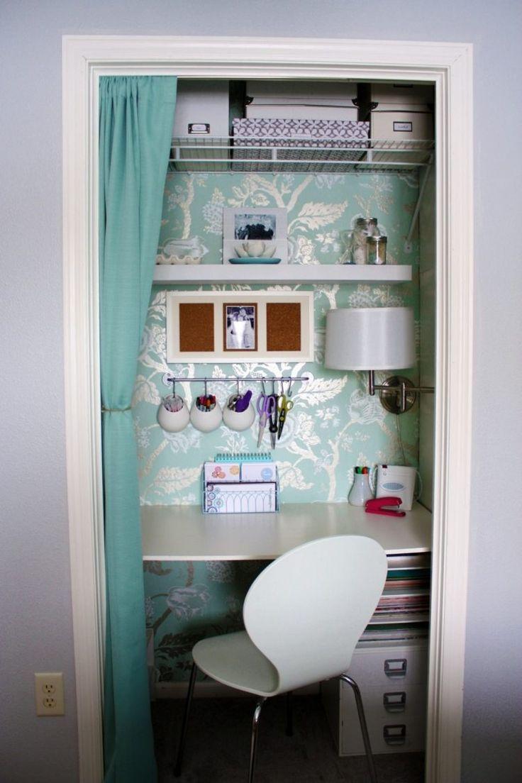 un petit bureau à domicile en blanc et bleu clair avec des étagères au-dessus du bureau