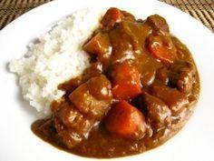 Curry Japonais  Ingrédients (pour 6 personnes) : - 110g de roux de Curry (1/2 boîte). - Viande au choix (250g). - 2 oignons. - 2 pommes de terre. - 1 carotte. - 2 cuillères à soupe d'huile végétale. - 850 ml d'eau. - 3 verres de riz ronds japonica.