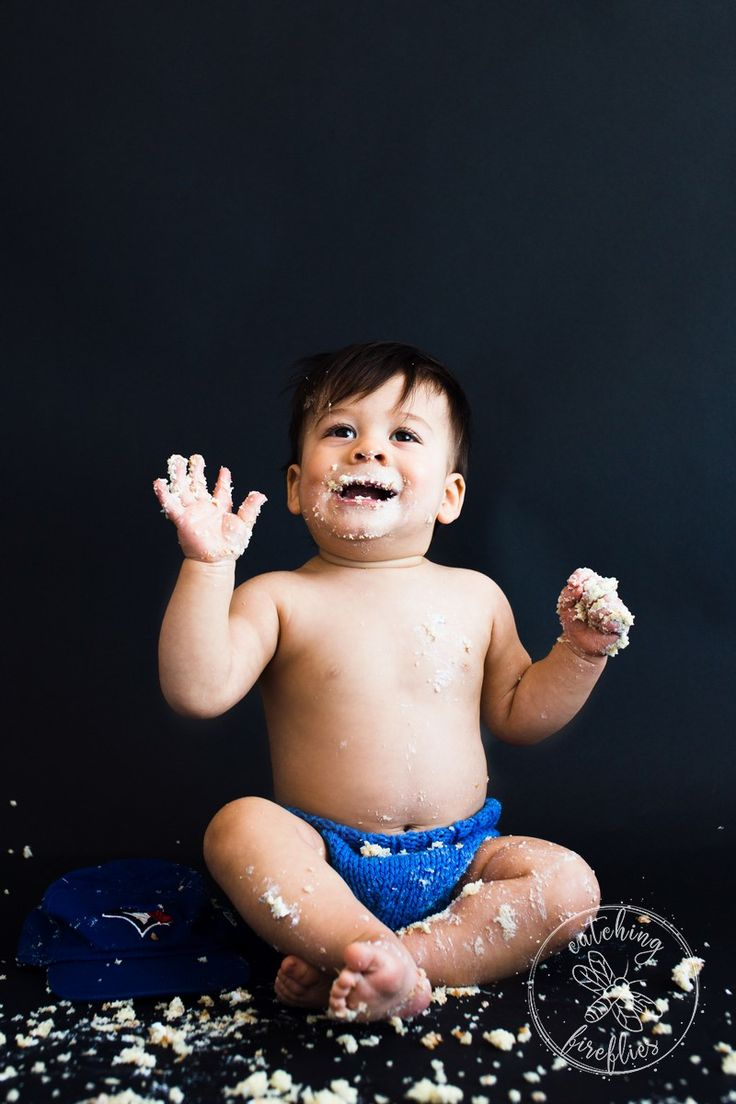Simple and awesome cake smash session. 1st birthday boy photo shoot ideas. cake smas ideas photography. http://www.catchingfireflies.ca/cake-smash-simple/