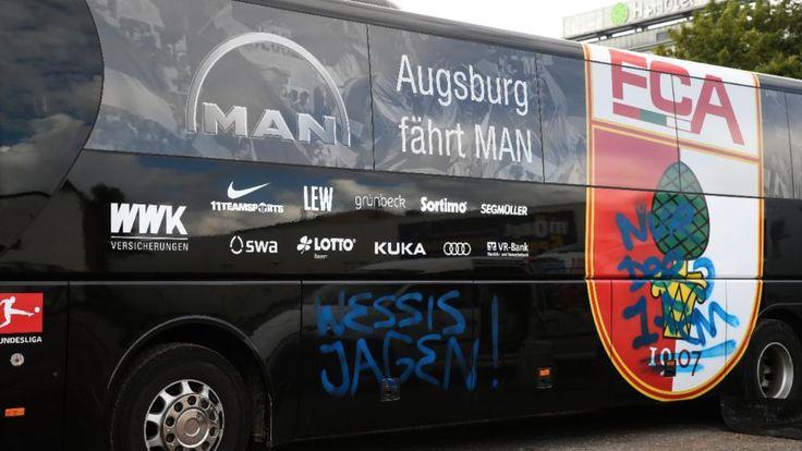 Beschmierter Augsburger Mannschaftsbus