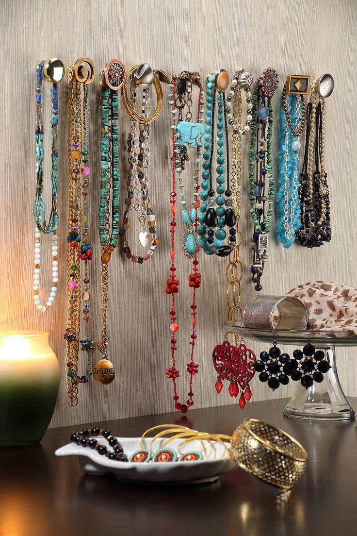 Pequeños detalles hacen la diferencia en tu habitación. Una forma original de colgar tus accesorios.
