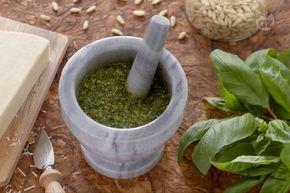 Il pesto alla genovese, la cui origine è la Liguria, è una salsa fredda simbolo di Genova, che si dice addirittura sia afrodisiaca.