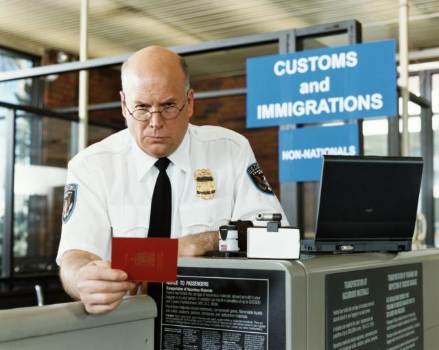 Si eres residente permanente en EU tienes que tener cuidado con pasar tiempo en otro países. Esto es lo que puede suceder en la aduana.