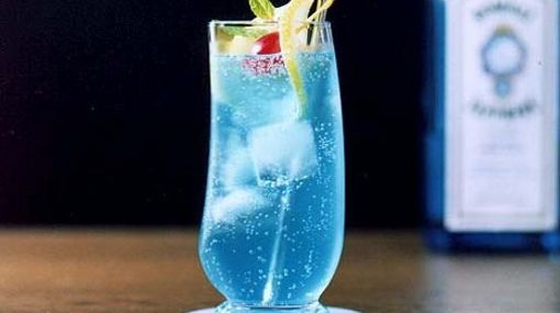 Coctel Blue Moon Ingredientes: 50 cc Gin 25 cc Blue Curacao Twist de Limón http://www.cocinaland.com/31-cocteles-para-despedir-el-ano/