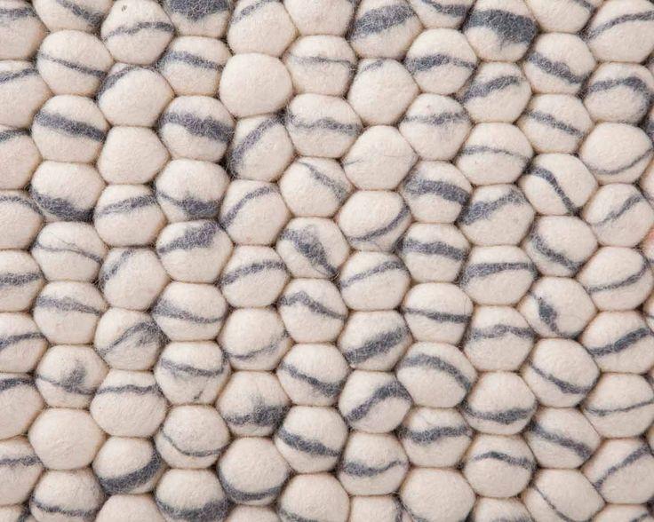 L'ivoire et le gris forment une puissante combinaison. Nous trouvons dommage que ces deux jolies couleurs ne soient pas plus souvent associées. Elle donne au Sunita une petite touche en plus et un punch auquel on ne s'attend pas. Pour autant, le Sunita reste neutre et peut-être placé dans n'importe quelle pièce. Nous sommes d'avis que ce tapis est très spécial.  #sukhi #tapis #decoration #scandinave
