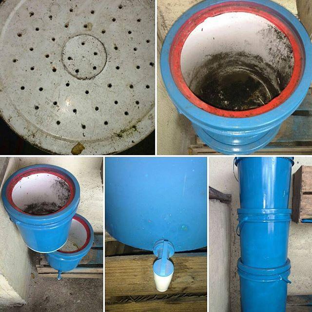 Faça sua composteira! Simples e Prático!  1° Passo: Faça um furo com estile no balde que vai recolher o chorume e coloque uma torneira de filtro, cole com durepox.  2° Faça vários furinhos no fundo dos 2 baldes seguintes e nas laterais próximo a tampa. Para entrada e saída de ar.  3° Recorte em volta a tampa do balde do meio e do de baixo (balde que foi colocada a torneira). Encaixe um ao outro, e assim está pronta sua composteira reciclada!  #hortanoquintal_ #hortanoquintaldecasa…