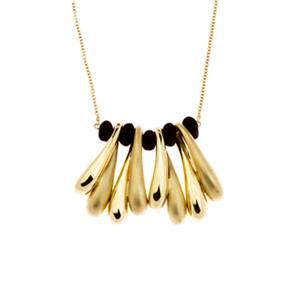 Collana più pendente costituito da piccoli amuleti in oro giallo lucido e sabbiato, alternati dalle piccole applicazioni in polvere di lava. Chiusura a moschettone.