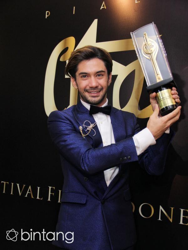 Di film My Stupid Boss, aktor Reza Rahadian memang banyak dianggap layak mendapatkan Piala Citra. Kemampuan bakat akting yang dimilikinya, serta dedikasi tinggi untuk perfilman Indonesia memantapkan namanya kembali meraih Piala Citra keempat sepanjang karirnya di dunia film. Rasa terima kasihnya kepada ibunda pun turut diucapkan di ajang FFI 2016. (Adrian Putra/Bintang.com)
