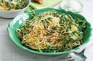 Спагетти с сыром пармезан и рукколой