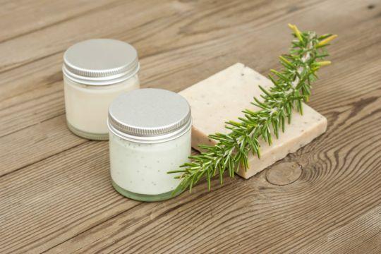 Kendi kozmetik ürünlerimizi, kolayca bulabileceğimiz doğal malzemeleri kullanarak kendimiz yapmamızın neden daha iyi ve faydalı olduğunu önceki bir yazıda açıklamıştık. (bkz: Kapak Kızları Kadar Güzel Saçlar İçin Evde Hazırlayabileceğiniz 6 Saç Kremi ) Yüz, vücudumuzun, benliğimizi, kimliğimizi en görünür şekilde ifade eden bölgesi olduğundan hepimizin en çok önemsediği, bakımını en iyi şekilde yapmak istediğimiz yerimiz. …