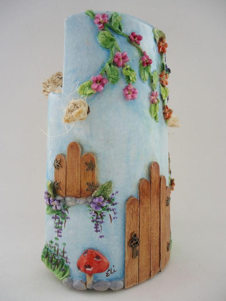 Telha decorada - Paulistinha sem telhado - técnicas: pintura à óleo, modelagem em massa epox, porta e janelas em palitos de sorvete, resina, peças de bijuteria e alça em macrame
