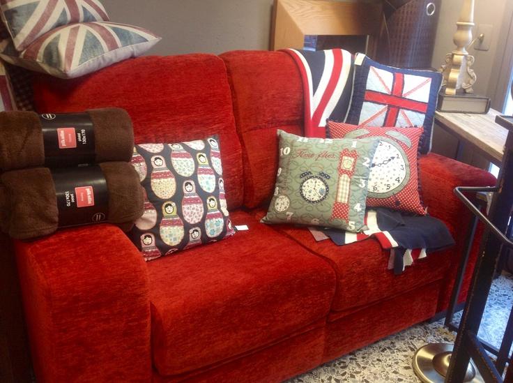 Sof rojo coordinado con cojines en colores a tono y manta - Cojines de colores para decorar ...