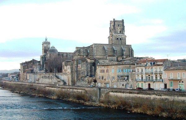 Pont-Saint-Esprit - Prieuré Saint-Pierre et église Saint-Saturnin avec les quais vus du pont Saint-Esprit