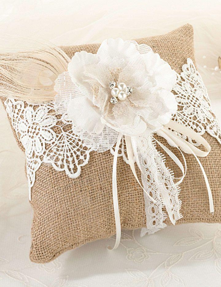 Cuscino porta fedi in stile romantico chic, con richiami rustici. Realizzato in tela di iuta, è decorato con merletti, una piuma naturale di pavone, nastri e uno splendido fiore con perle e brillantini al centro.