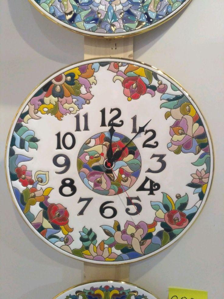 Купить или заказать часы фаянсовые керамические,декоративные настенные круглые в интернет-магазине на Ярмарке Мастеров. Часы сделаны из высококачественного фаянса с ручной авторской росписью. Вся представленная в моем Интернет-магазине керамика выполнена в интереснейшей технике 'cuerda seca', сформировавшейся в начале 16 века в испанской Севилье. Эта техника пришла на смену традиционному исламскому искусству мозаики и быстро завоевала популярность не только в Испании, но и в других ср...