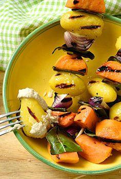 Zweierlei Kartoffeln, dazu ein cremiger Dip aus Cashewkernen. Diese Spieße sehen nicht nur hübsch aus, die sind auch richtig lecker und gesund. Probieren Sie mal!  https://www.rewe.de/rezepte/kartoffelspiesse-mit-lorbeer/